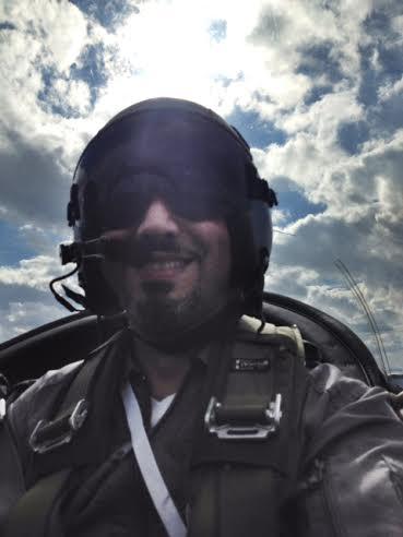 José Elías volando avión